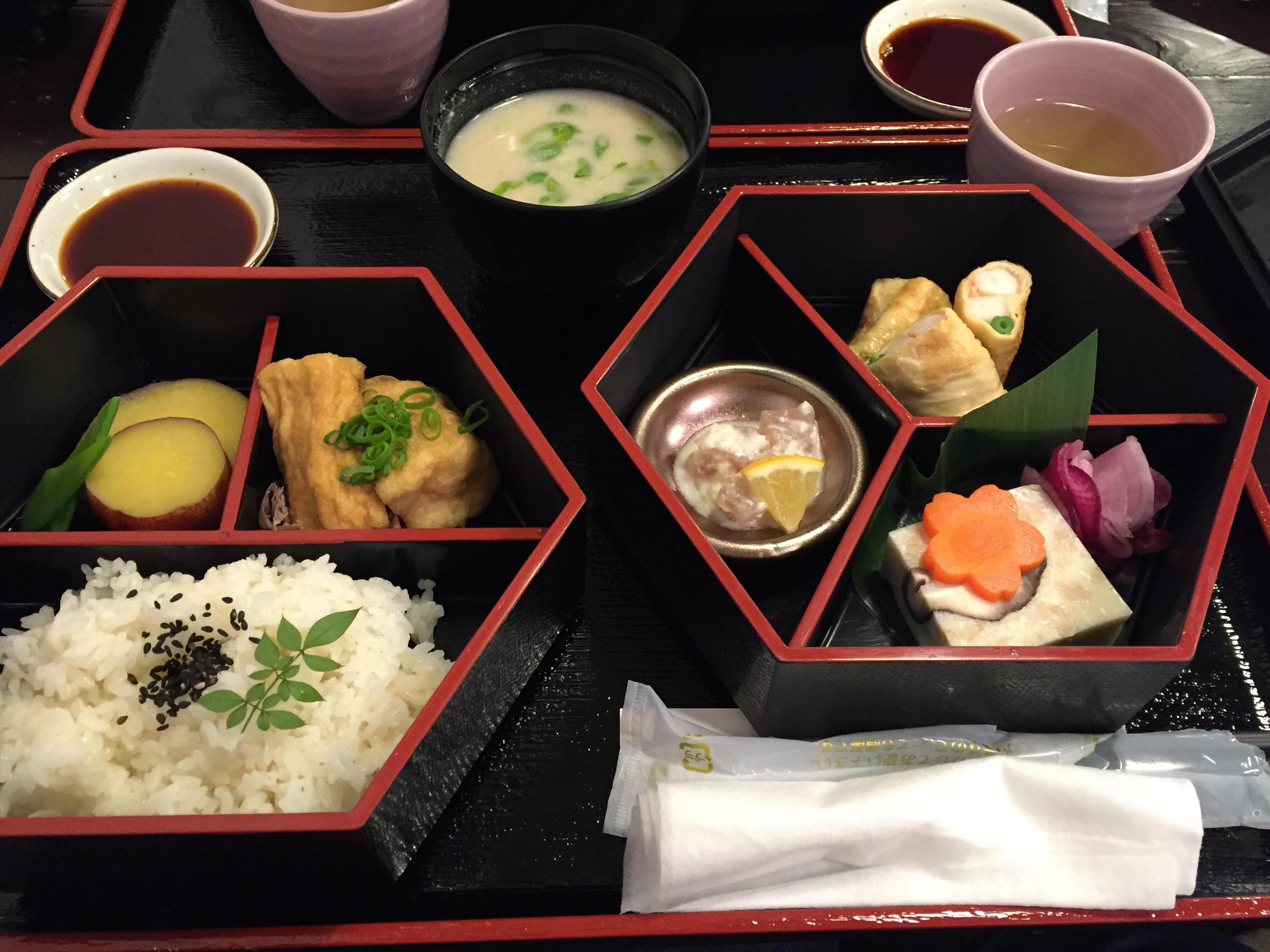 湯浅豆腐店の中食膳(厚揚げや、湯葉でエビと山芋を巻いて焼いたものなど)