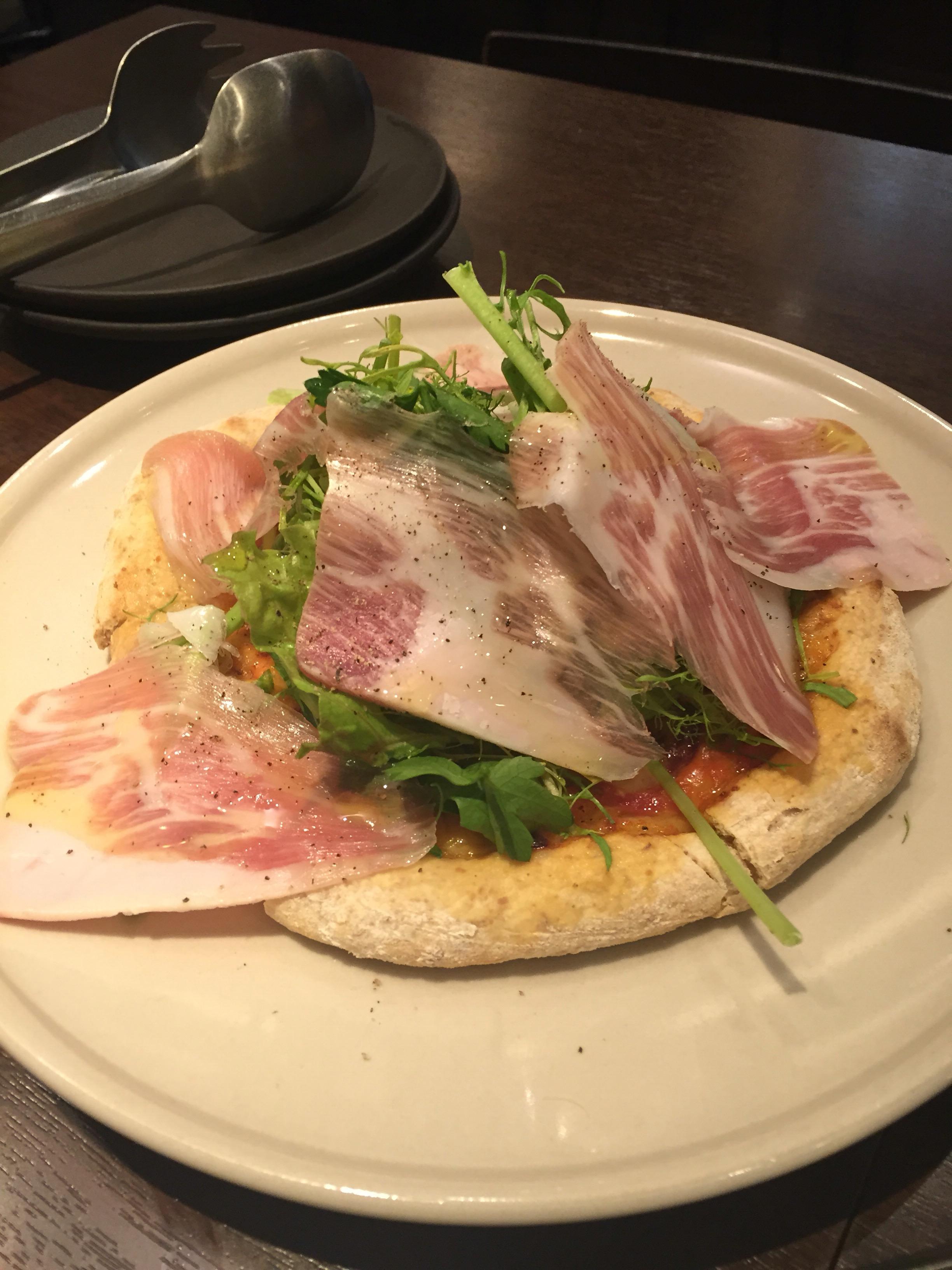 kuh 生ハムと野菜のピザ