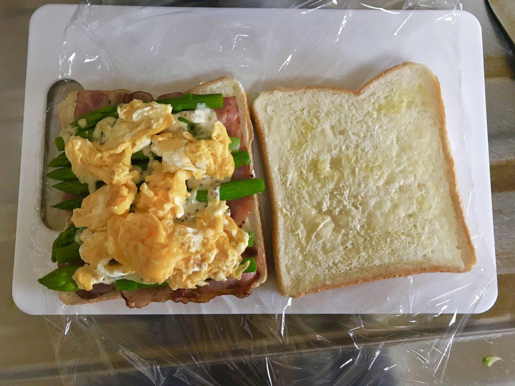 アスパラガスサンドイッチの具材をのせている写真